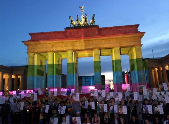 US_Embassy_Berlin__Orlando_Opfer__Brandenburger_Tor_Regenbogenfarben